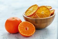 在一个木碗的干燥桔子和柠檬切片 免版税库存照片