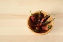 在一个木碗的干辣椒 免版税库存照片