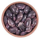 在一个木碗的干紫色豆 库存照片