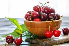 在一个木碗的成熟甜红色樱桃 库存照片