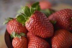 在一个木碗的成熟草莓 免版税库存照片
