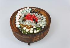 在一个木碗的手工制造镯子在被隔绝的白色 免版税库存图片