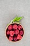 在一个木碗的新鲜的夏天莓 顶视图 免版税库存照片