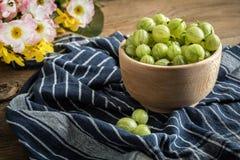 在一个木碗的新鲜的鹅莓 库存照片