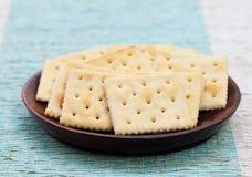 在一个木碗的方形的饼干薄脆饼干 免版税图库摄影