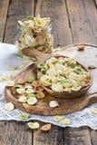 在一个木碗的未煮过的五颜六色的orecchiette 免版税库存图片