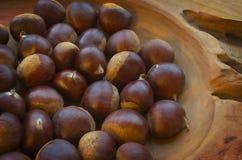 在一个木碗的栗子 免版税图库摄影