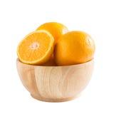 在一个木碗的桔子在白色 库存图片