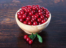 在一个木碗的樱桃 图库摄影