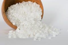 在一个木碗的海运盐 免版税库存图片