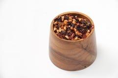 在一个木碗的犬蔷薇茶 库存照片