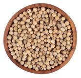 在一个木碗的白胡椒种子在白色 免版税库存照片