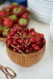 在一个木碗的红浆果莓果,特写镜头 新鲜的无核小葡萄干果子 库存照片
