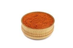 在一个木碗的红色辣椒粉粉末 免版税图库摄影