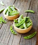 在一个木碗的绿豆在一张土气桌,选择聚焦上 免版税库存照片