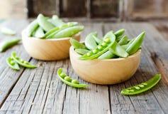 在一个木碗的绿豆在一张土气桌,选择聚焦上 免版税图库摄影