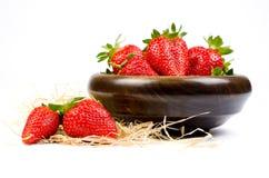 在一个木碗的草莓 免版税库存照片