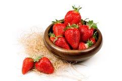 在一个木碗的草莓 图库摄影