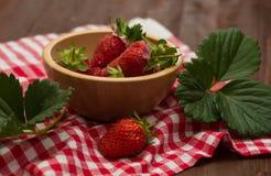 在一个木碗的草莓 免版税库存图片