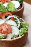 在一个木碗的菜沙拉 免版税库存图片