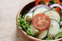 在一个木碗的菜沙拉 免版税图库摄影