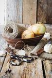在一个木碗的葱 免版税图库摄影