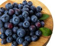 在一个木碗的蓝莓 图库摄影