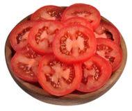 在一个木碗的蕃茄切片在白色 免版税库存图片
