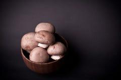 在一个木碗的蘑菇棕色蘑菇 免版税图库摄影