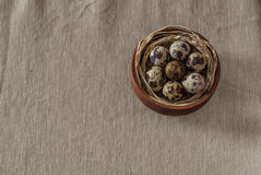 在一个木碗的鹌鹑蛋 免版税库存照片