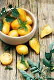 在一个木碗的黄色蕃茄 免版税库存照片