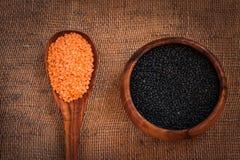 在一个木碗的黑和红色小扁豆 图库摄影