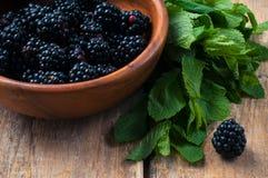 在一个木碗的黑莓 免版税库存图片