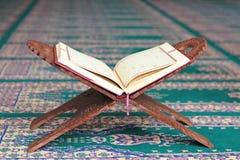 在一个木立场的古兰经在清真寺 免版税图库摄影