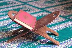 在一个木立场的古兰经在清真寺 图库摄影