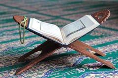 在一个木立场的古兰经在清真寺 免版税库存照片