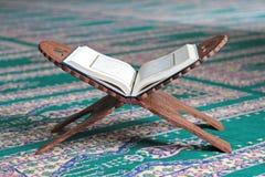 在一个木立场的古兰经在清真寺 库存图片