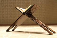 在一个木立场的古兰经在清真寺 免版税库存图片