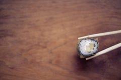 在一个木立场的日本寿司卷 日本食物 免版税库存图片