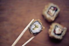 在一个木立场的日本寿司卷 日本食物 库存照片