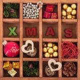 在一个木箱和题字Xmas的圣诞节装饰 图库摄影