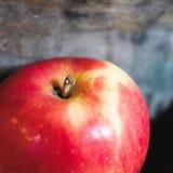 在一个木箱的一个红色苹果 免版税库存图片