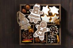 在一个木箱的圣诞节标志在黑暗的木桌上,顶视图 免版税库存图片