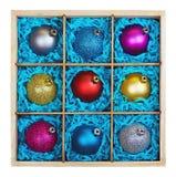 在一个木箱的圣诞节树球 库存照片