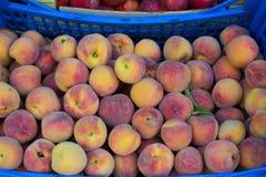 在一个木箱的新鲜的有机成熟桃子 库存图片