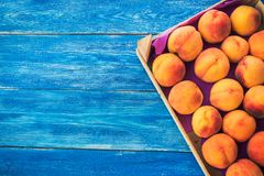 在一个木箱的桃子 库存照片
