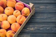 在一个木箱的桃子 免版税库存图片