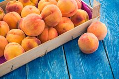 在一个木箱的桃子 库存图片