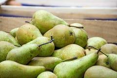 在一个木箱的生物梨在农夫市场上 免版税库存照片