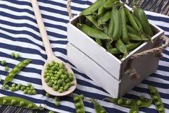 在一个木箱的绿豆 图库摄影